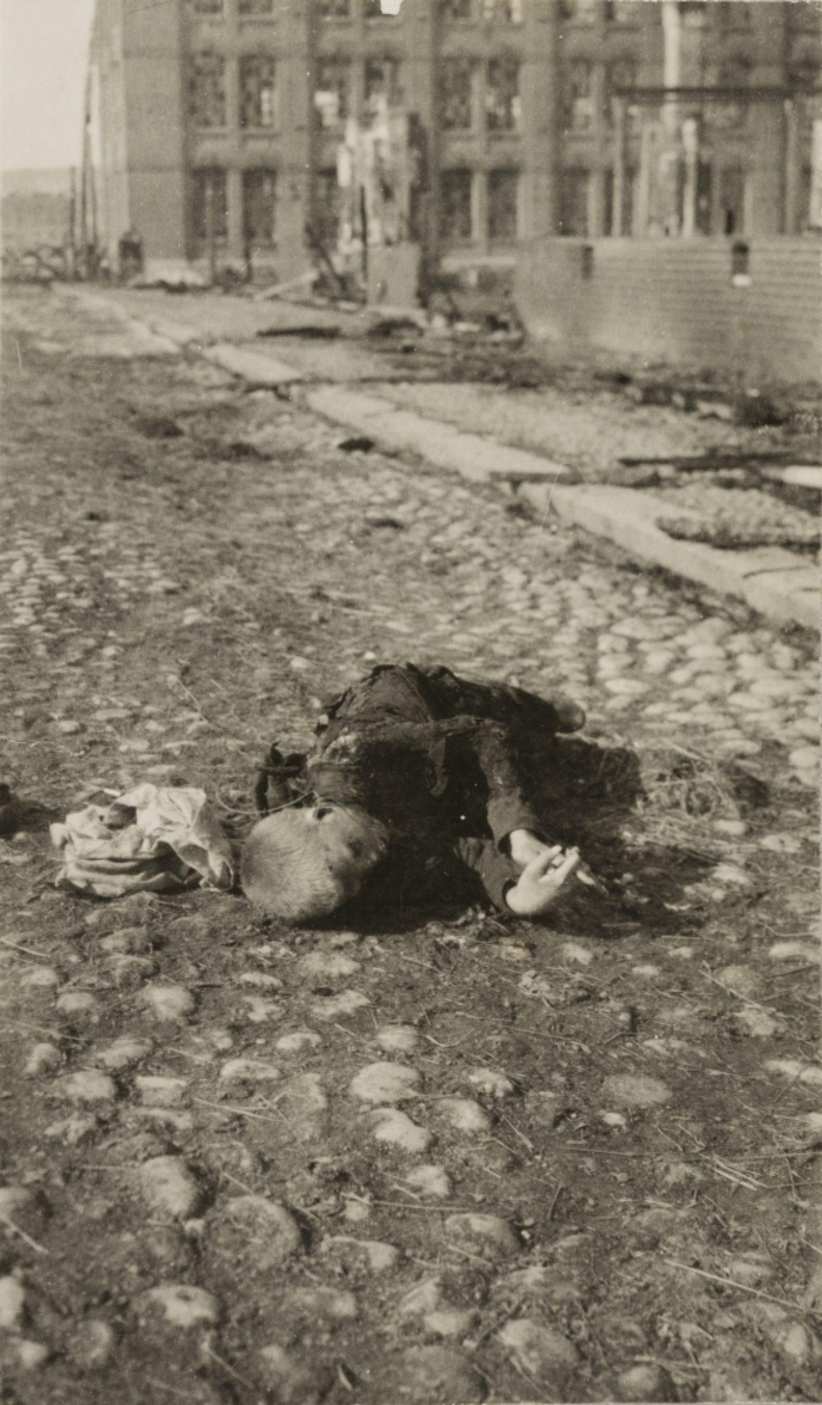 En barnoffer av erövringen av Tammerfors, inför Klädesfabriken, i april 1918. Foto: Oskar Sundberg / Museiverkets Bildsamlingar