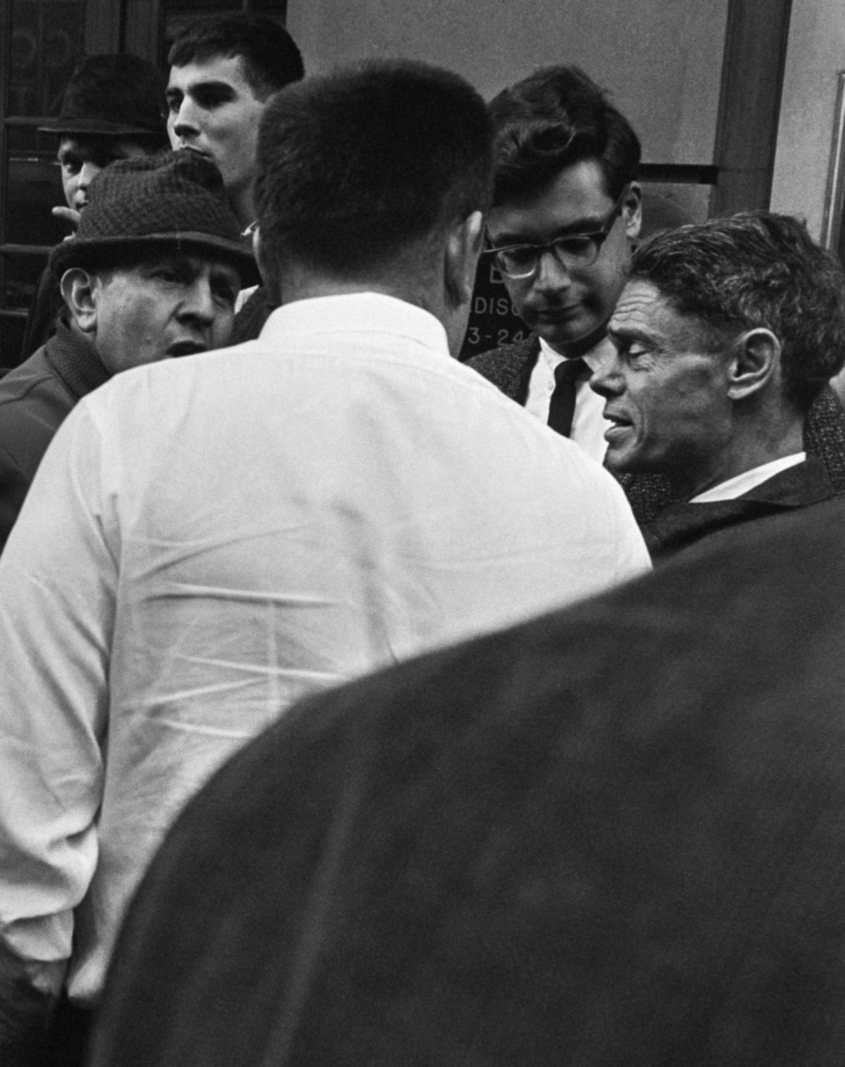 Men debating on the street. New York, November 1964.​​ Photo: Helge Heinonen / JOKA / Finnish Heritage Agency