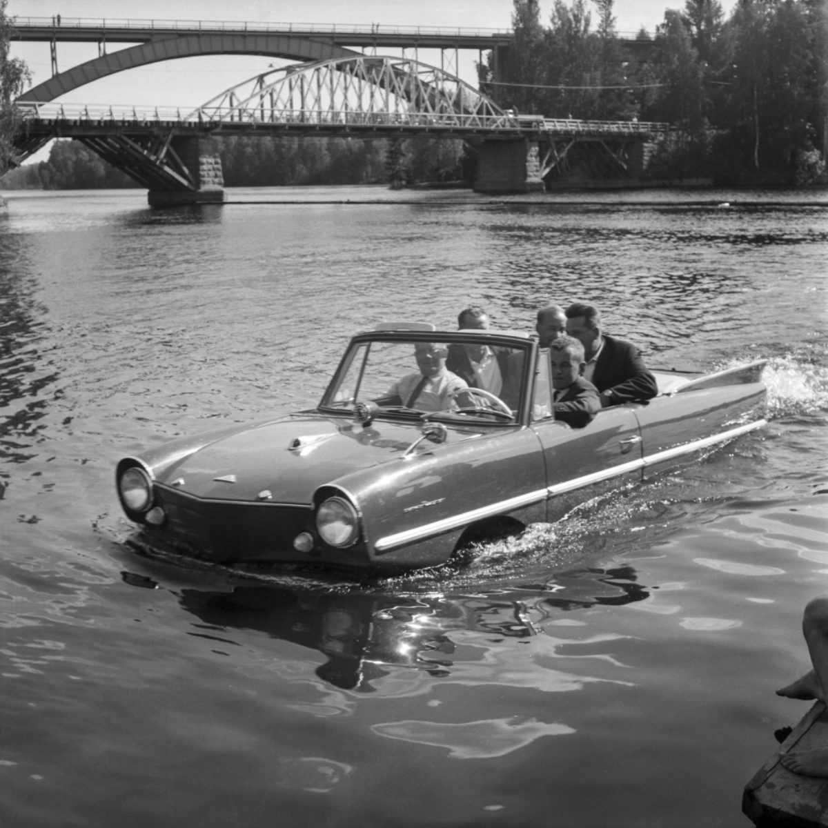 Vesiauto Jyrängön virralla Heinolassa 6.7.1963. Amphicarin nopeus vedessä oli 14 km/h, maantiellä 100 km/h. Kyydissäolijat säilyivät kuivina. Kuva: Itä-Häme / JOKA / Museovirasto