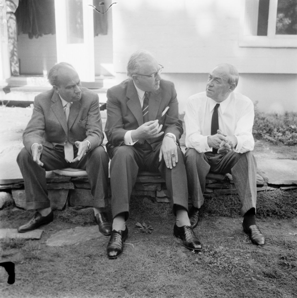 German city planners Johann Hebebrandt and Werner Hollantz visiting Alvar Aalto at his office in Munkkiniemi at the turn of the 1950s and 1960s.​ Photo: / Uusi Suomi - Iltalehti / JOKA / Finnish Heritage Agency​