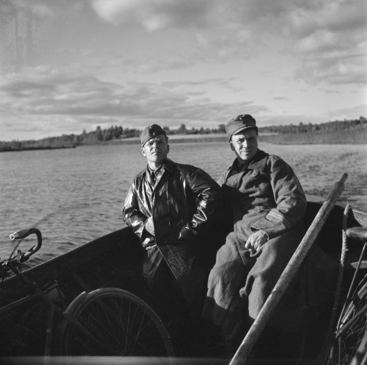 Kirjailija Oiva Paloheimo (vas.) ja luutnantti K. Nykänen Itä-Karjalassa, 1942–1943. Kuva: Eino Nikkilä / Museoviraston Kuvakokoelmat