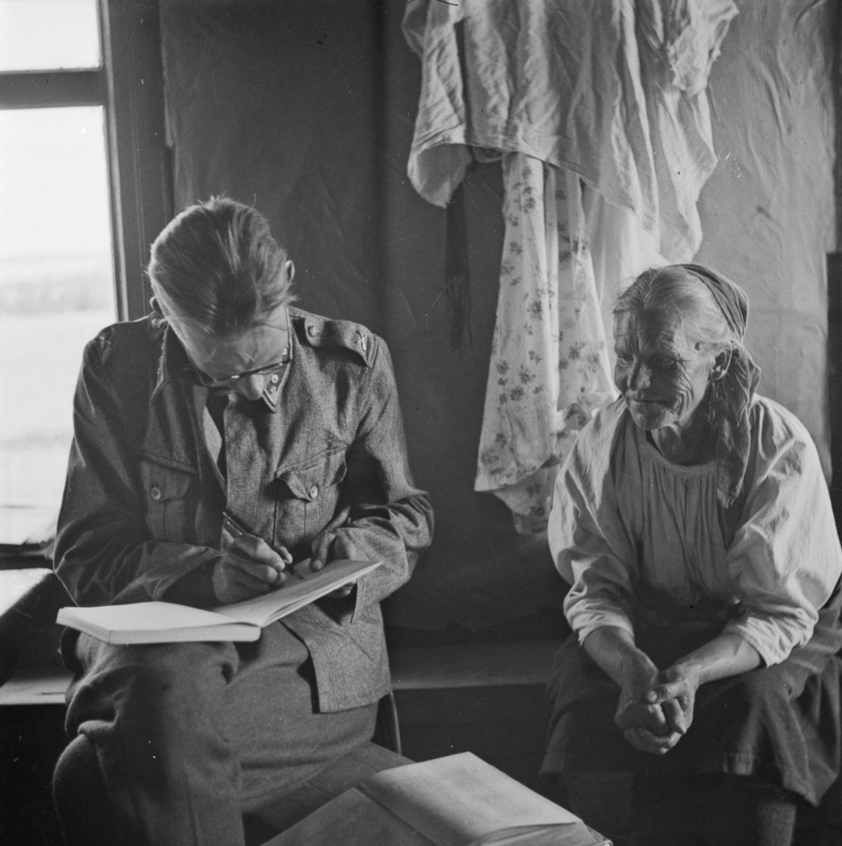 Väinö Kaukonen intervjuar Anni Huotarinen i Kontokki i Akonlahti. Foto: Väinö Kaukonen / Museiverkets Bildsamlingar