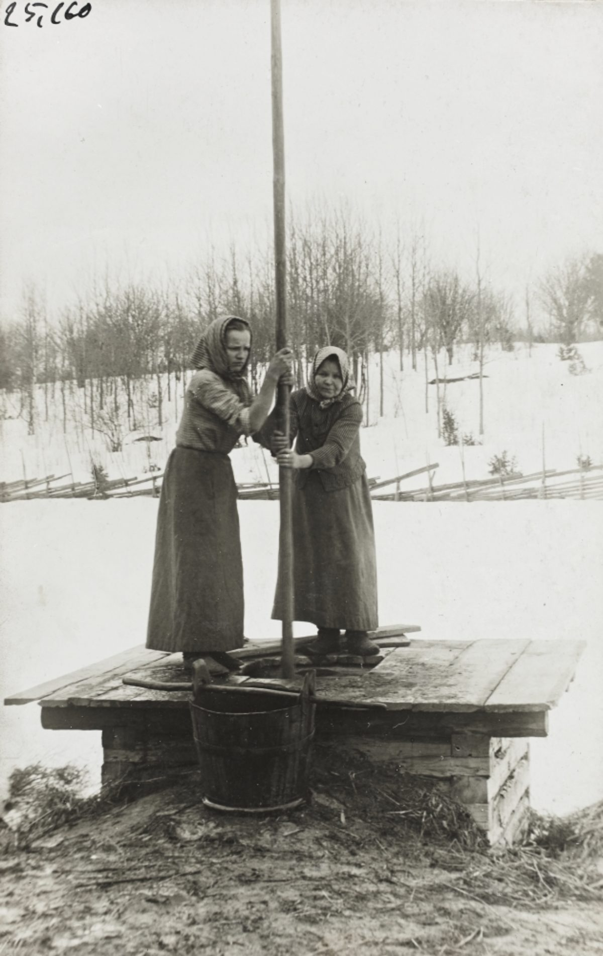 Women lifting water up from a well in Airanne village, in the rural municipality of Sortavala. Photo: Liina Cantell / Collection of the Karelian student nation at the University of Helsinki / Picture Collections of the Finnish Heritage Agency