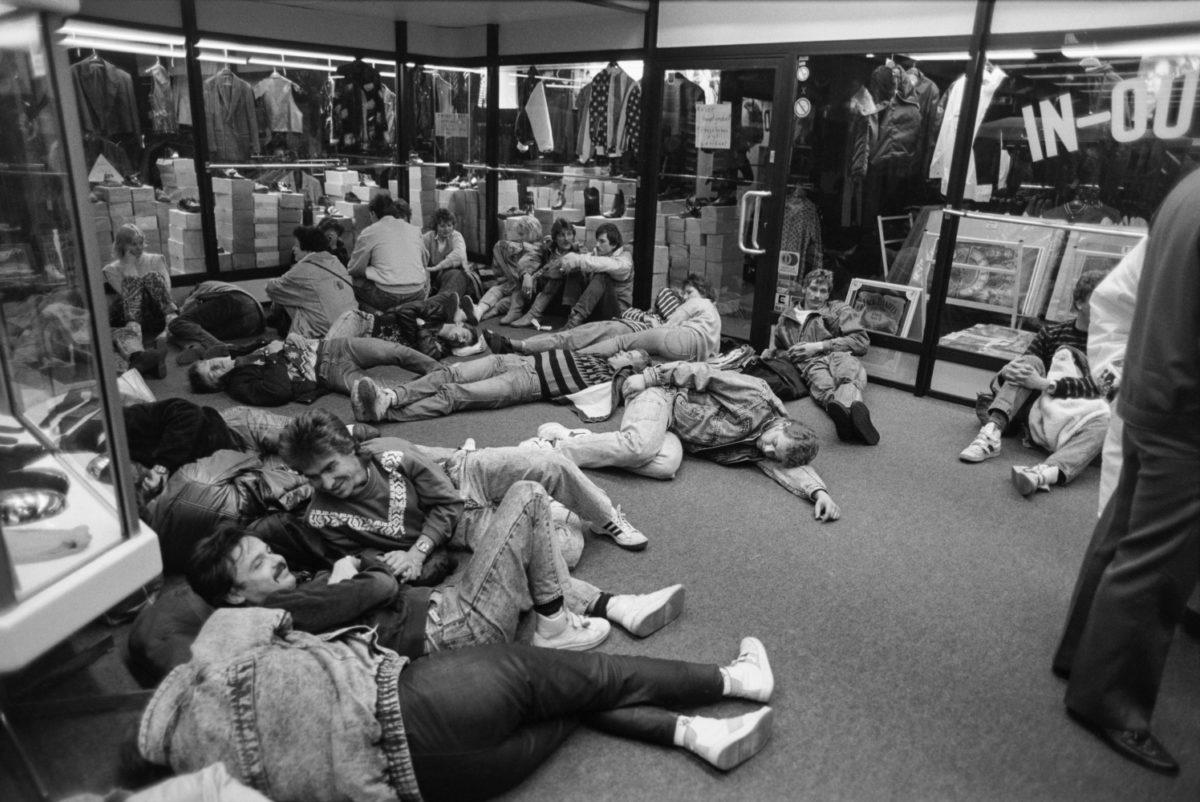 Östtyska turister tillbringar natten i ett uppvärmt köpcentrum i Västberlin den 10–11 november 1989. Foto: Hannu Lindroos / JOKA / Museiverket