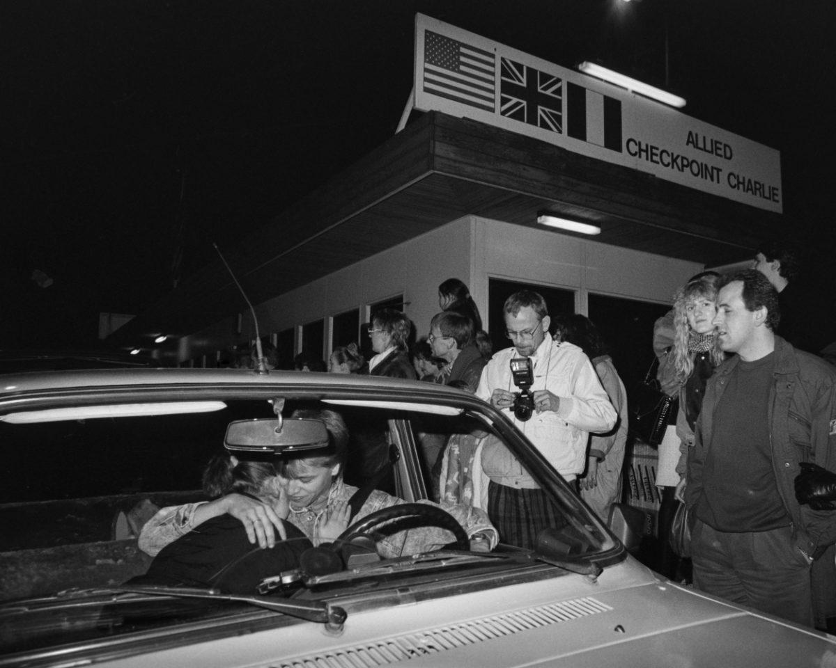 Itä-Saksasta tullut nuoripari pysähtyy suutelemaan Checkpoint Charlien rajanylityspaikalla Berliinin muurin murtumisen jälkeisenä päivänä 10.11.1989. Kuva: Hannu Lindroos / JOKA / Museovirasto