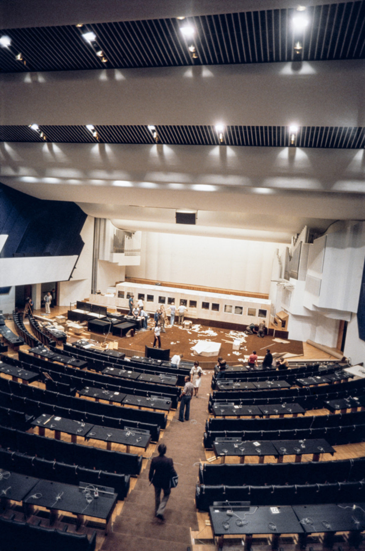 Etykin loppuasiakirja, Helsingin sopimus, on allekirjoitettu 1.8.1975. Kokous on päättynyt. Kuva: PF-team, Pressfoto Zeeland / JOKA / Museovirasto