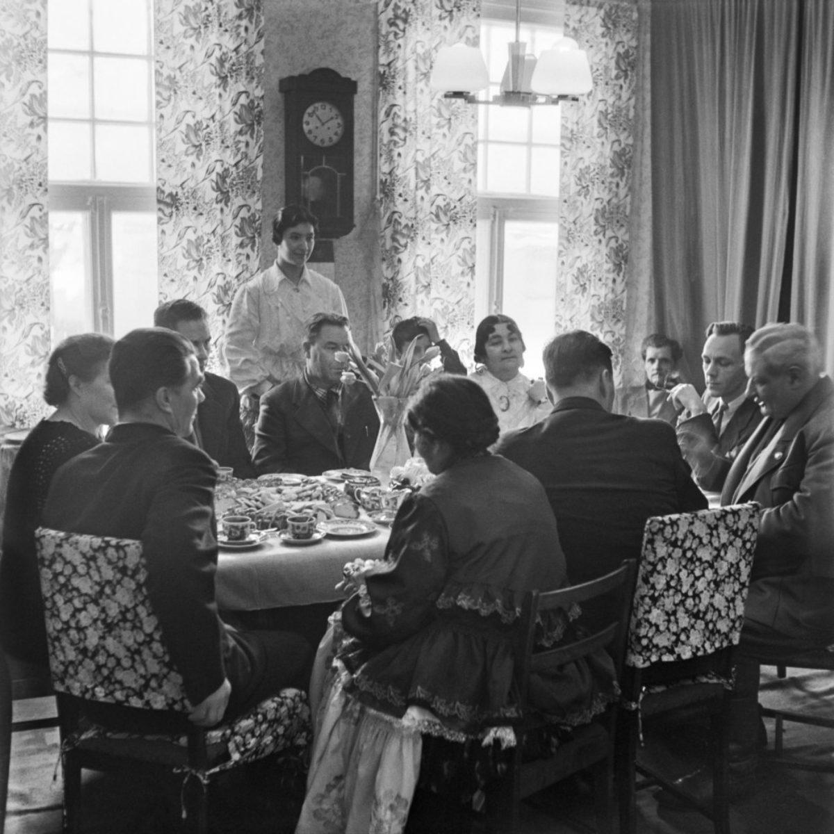 Kalle och Elli Hagerts släkt i Vallgård. Helsingfors, 1955. Foto: UA Saarinen / Journalistiska bildarkivet JOKA / Museiverket