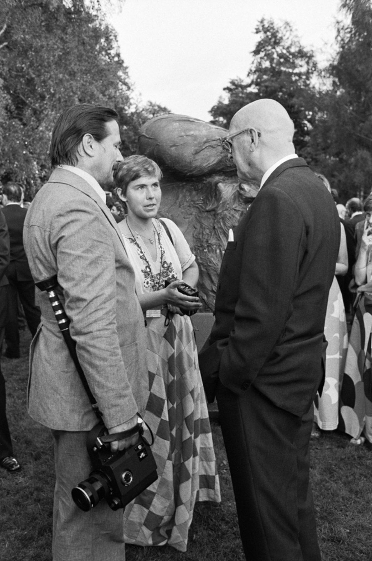 Presidentti Urho Kekkonen (oik.) keskustelee Mikko Niskasen ja Maarit Tyrkön kanssa Kalastajatorpalla Etykin aikana 31.7.1975. Kuva: PF-team / Pressfoto Zeeland / JOKA / Museovirasto