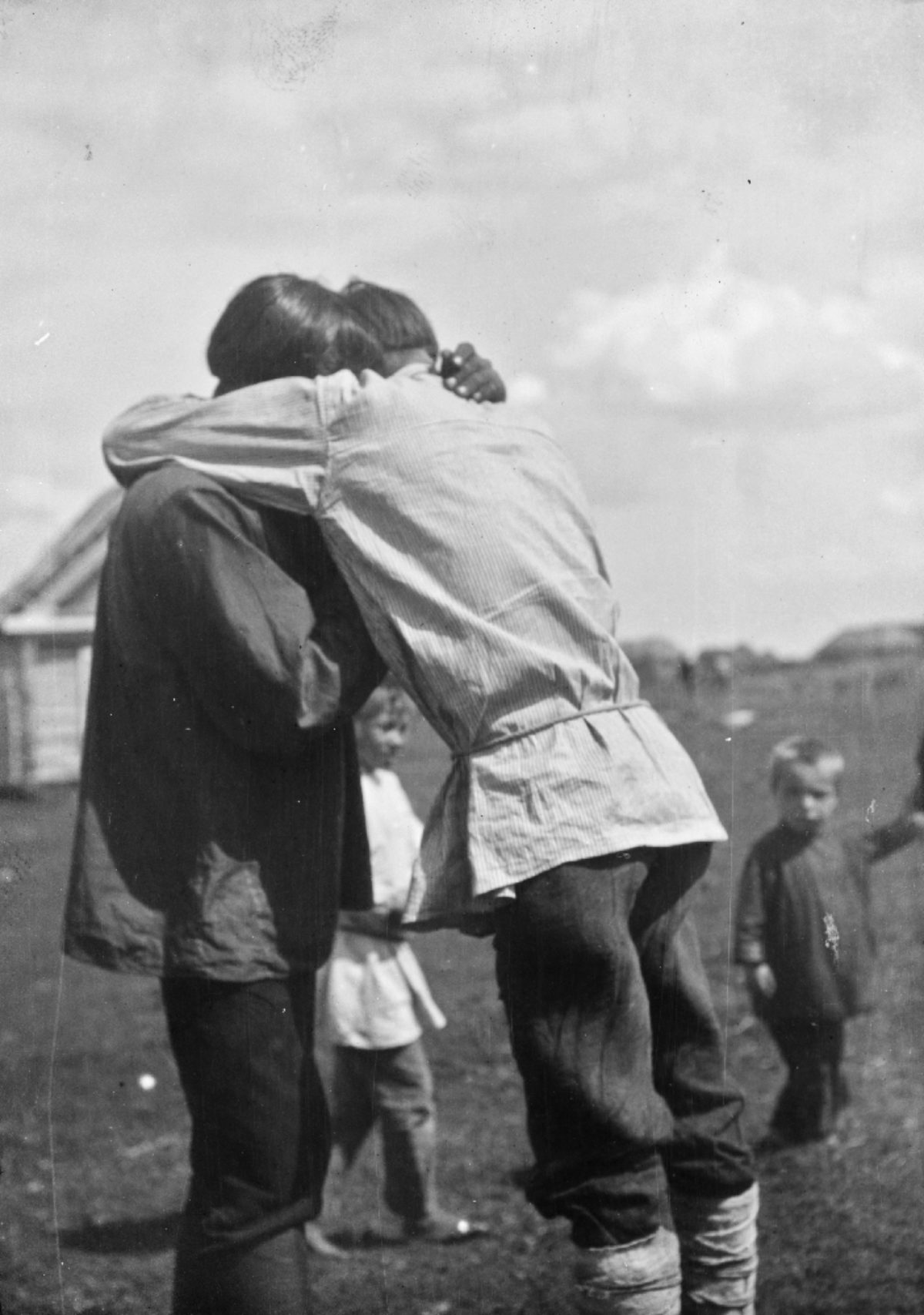 Childhood friends say goodbye before going to war in Vechkanovo, Buguruslansky District, Mordovia, 1914. Photo: A. O. Väisänen / Picture Collections of the Finnish Heritage Agency