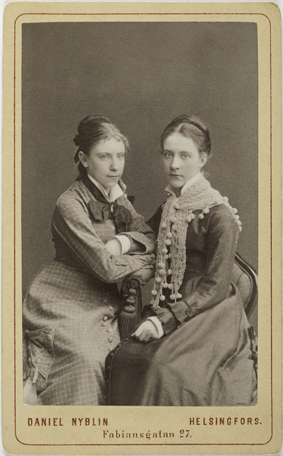 Lilli and Vivia Törnudd. Carte de visite, a print mounted on paper. Photo: Daniel Nyblin / Picture Collections of the Finnish Heritage Agency
