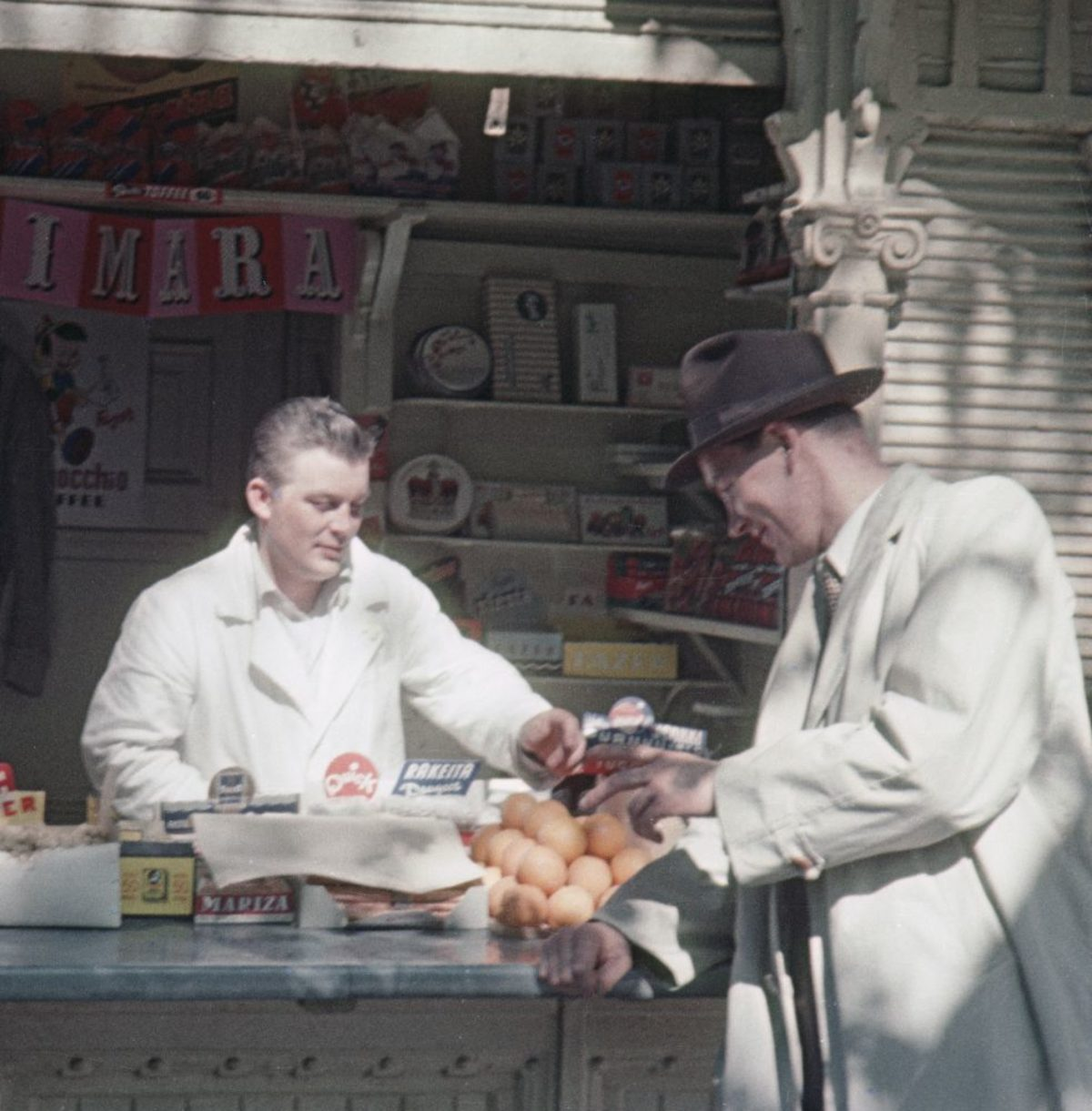 A kiosk vendor in Helsinki's Esplanadi Park in 1954. Photo: Aukusti Tuhka / Picture Collections of the Finnish Heritage Agency