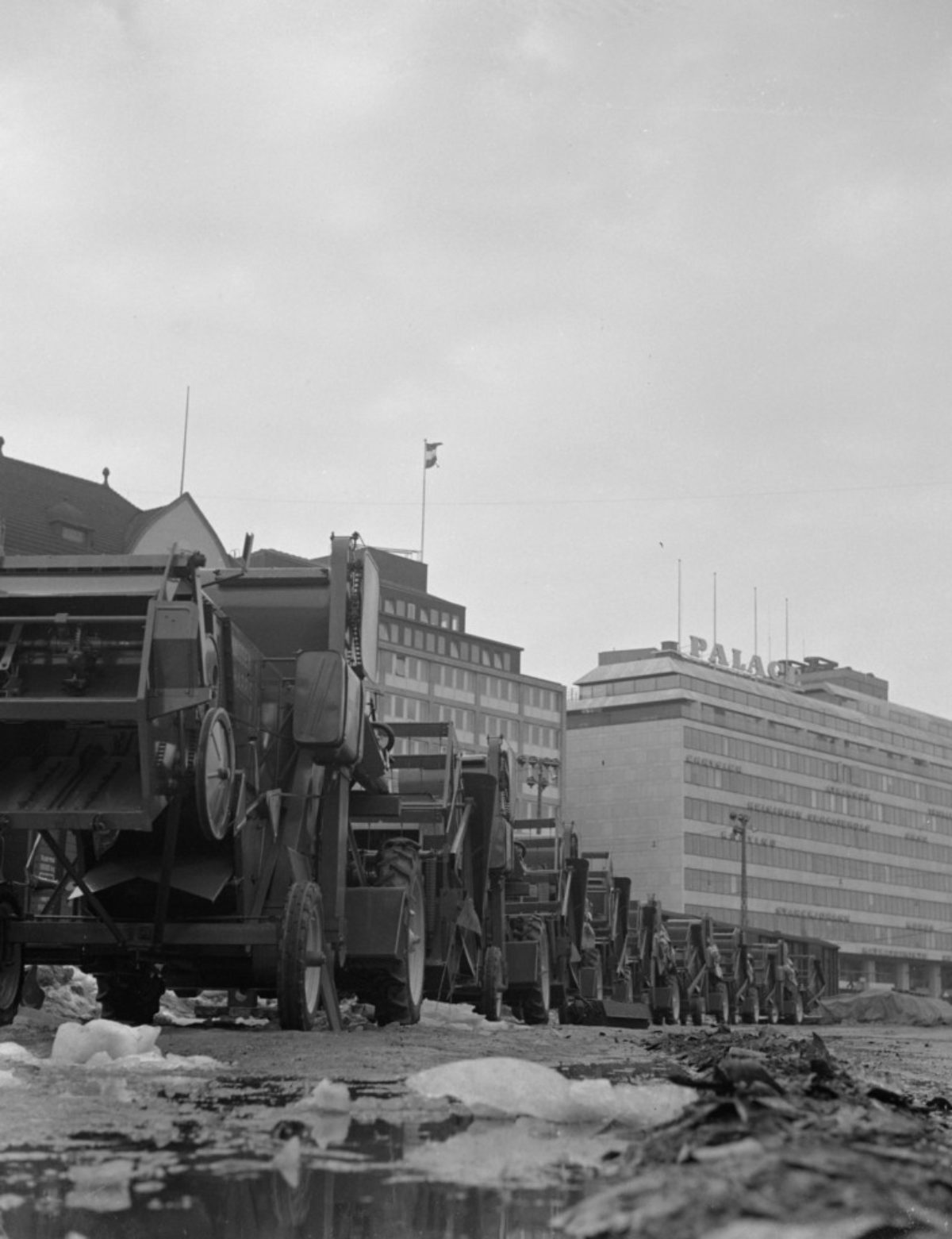 Skördetröskor på Södra Kajen i Helsingfors, 1956. Foto: Erkki Voutilainen / Maaseudun Tulevaisuus / JOKA / Museiverket