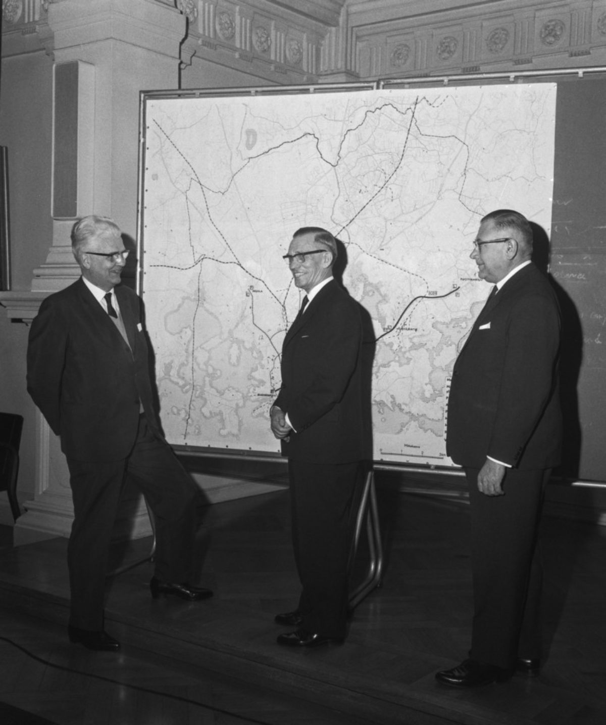 The Metro Committee submitted its report in 1965. On the left, Office Manager Reino Castrén, Lord Mayor Lauri Aho and Deputy Mayor J. A. Kivistö, 17 March 1965. Photo: Martti Halme / Uusi Suomi / JOKA / Finnish Heritage Agency