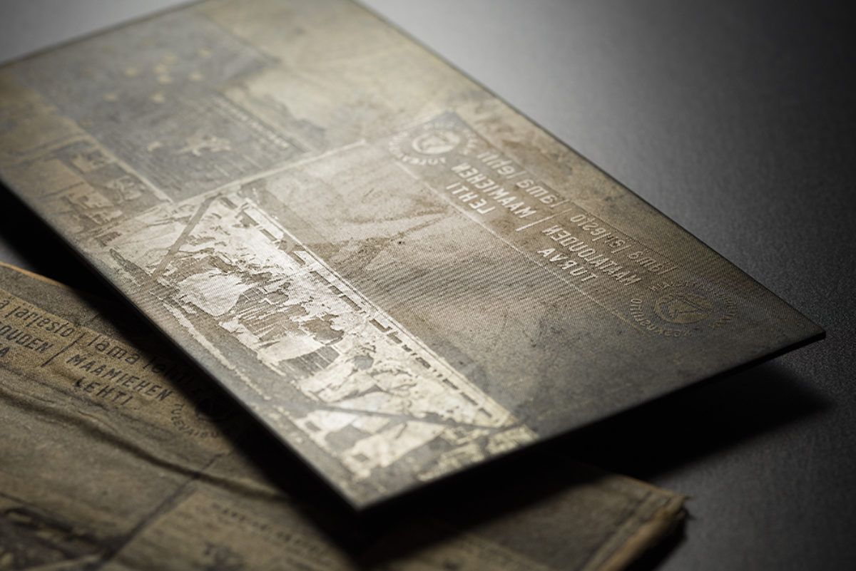 A halftone printing plate from the press photograph collection of Maaseudun Tulevaisuus and its newspaper wrapping. Photo: Ilari Järvinen / Finnish Heritage Agency