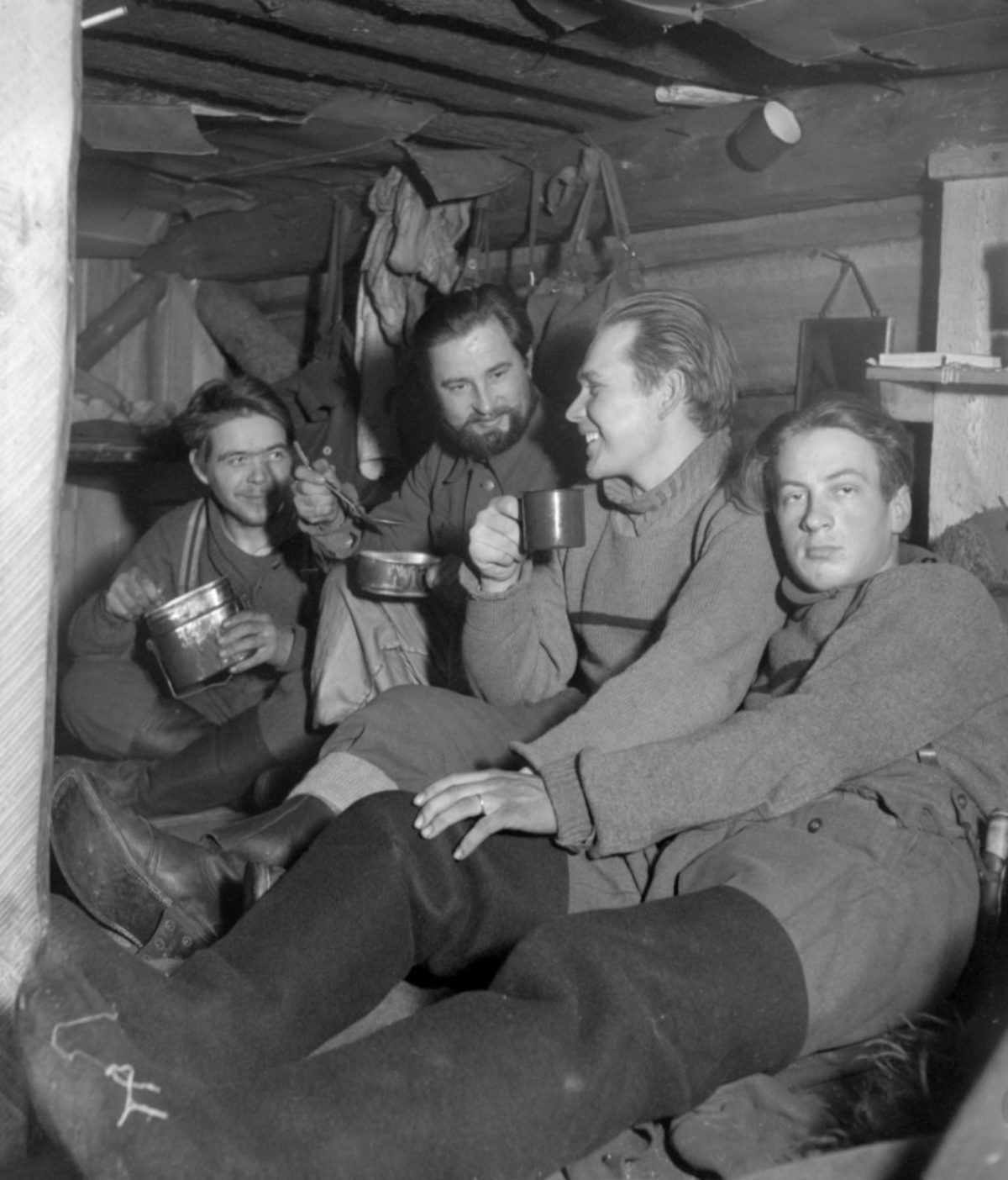 A mealtime in a dugout. Photo: István Rácz / Picture Collections of the Finnish Heritage Agency