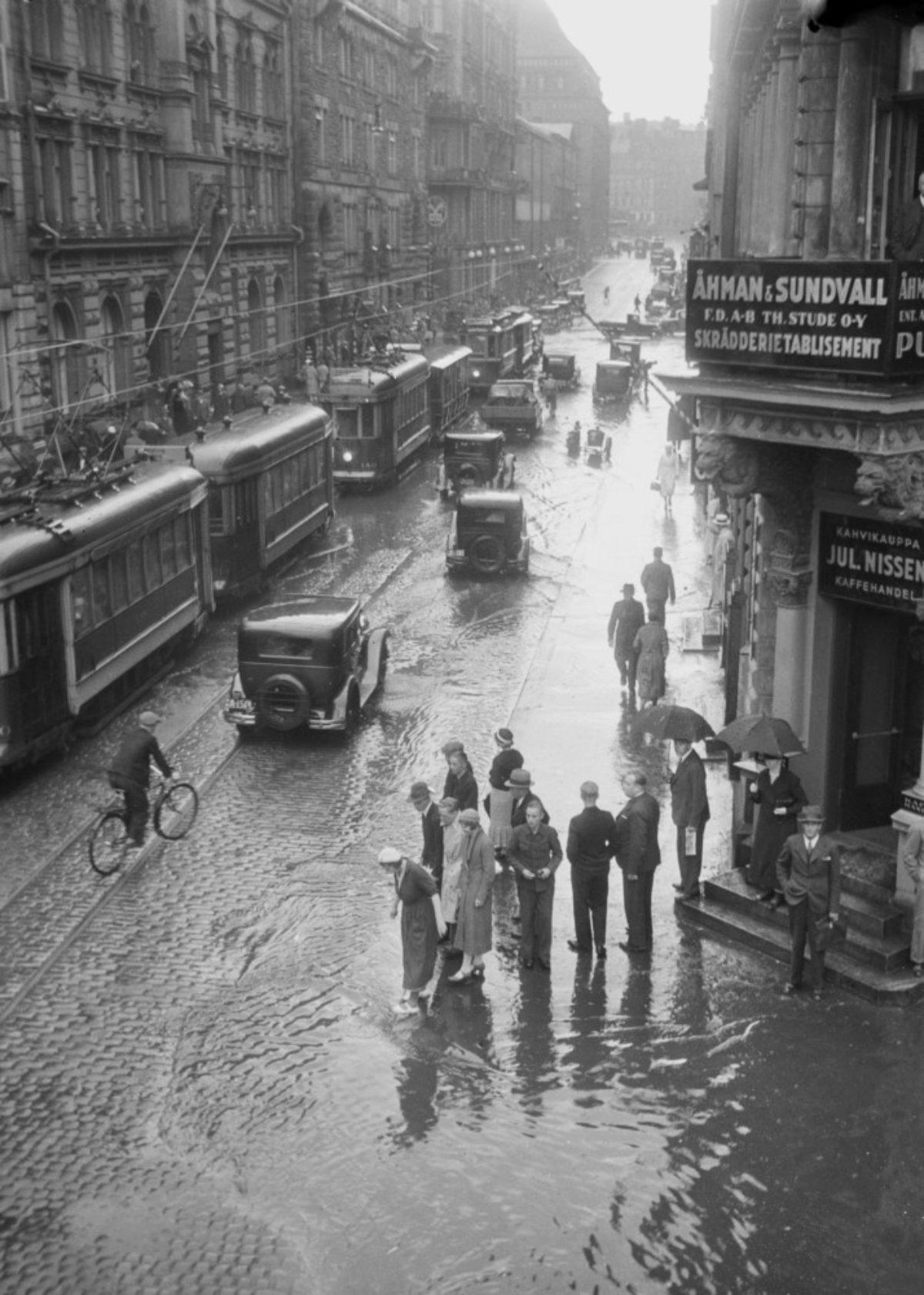 Kluuvissa tulvii elokuussa 1934. Kuva: Aarne Pietinen Oy / Museoviraston Kuvakokoelmat / Kuvankäsittely Keijo Laajisto