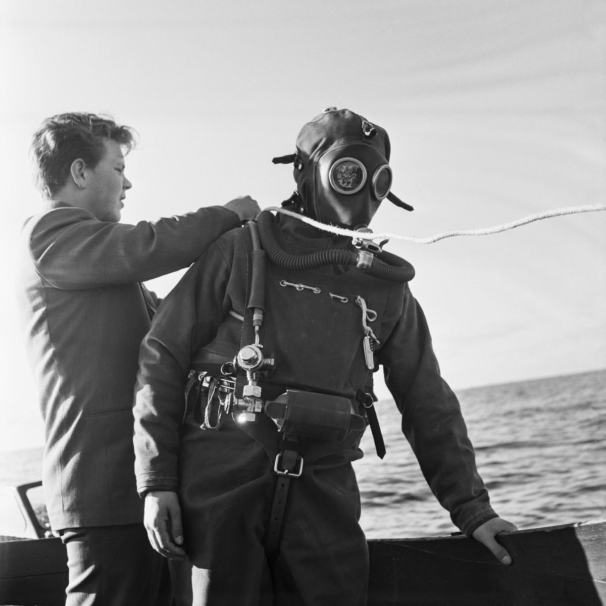 Matti Jämsä preparing to beat the Draeger DW-38 diving suit's deep diving record in 1954. Jämsä dived to 61 metres. Photo: UA Saarinen / Press Photo Archive JOKA / Finnish Heritage Agency