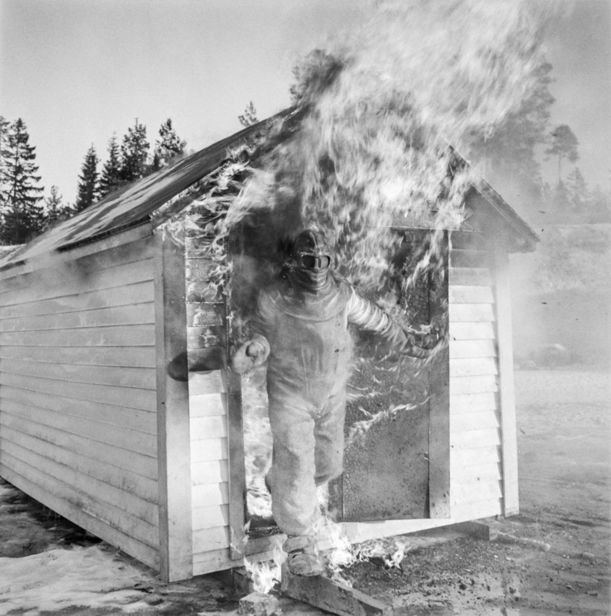 In 1957, Matti Jämsä tested the asbestos suit belonging to Suomen Mineraali. He remained in the flames for so long that the assistants began to fear for the worse. Photo: UA Saarinen / Press Photo Archive JOKA / Finnish Heritage Agency