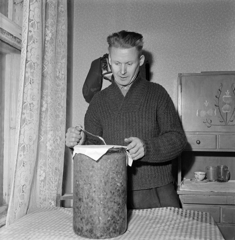 Johan Venninen esittelee talveksi säilömiään vihanneksia Hyvinkäällä 1959. Kuva: UA Saarinen / JOKA / Museovirasto